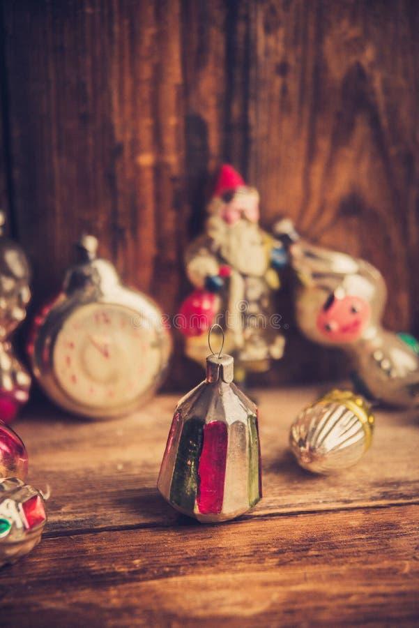 Retro sveglia, valigie di cuoio d'annata, decorazioni antiquate dell'albero di Natale, spazio della copia per il vostro testo fotografia stock