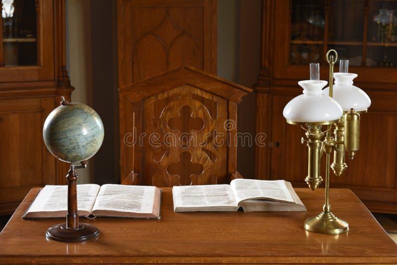 Retro Tabella d'annata con il globo, i libri e la lampada immagini stock libere da diritti