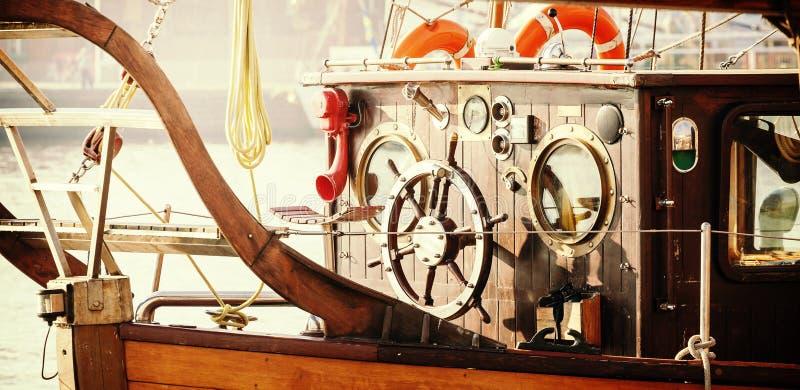 Retro tappning filtrerade fotoet av den gamla segelbåtbron royaltyfri bild