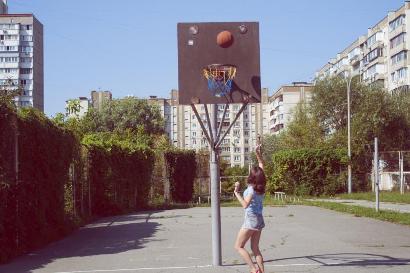 Retro tappningbasketmatch Flicka på en basketdomstol arkivfoton
