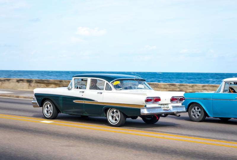 Retro taxivoertuigen met toeristen in Havana Cuba royalty-vrije stock afbeelding