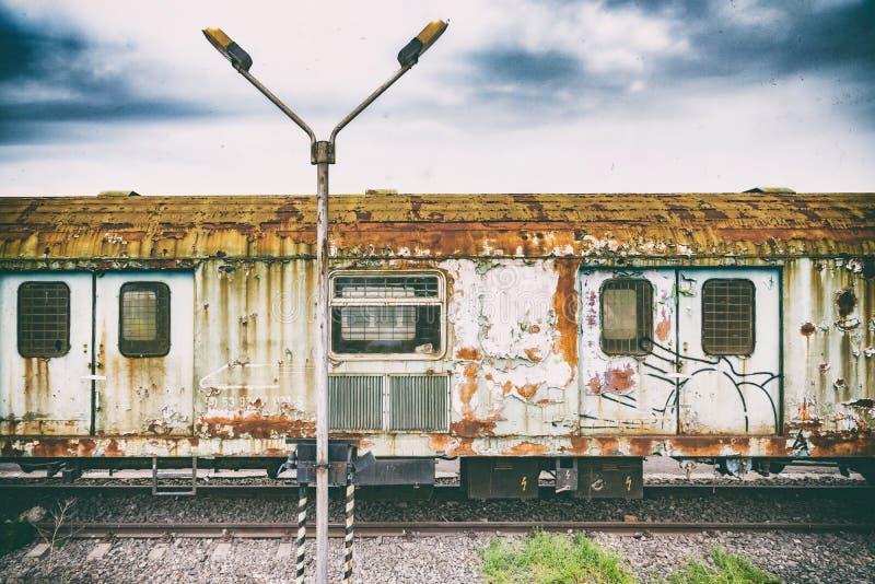 Retro tecnologia d'annata, vecchio treno, fondo di lerciume fotografia stock