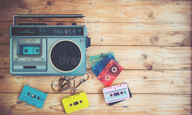 retro teknologi av musik för radiokassettregistreringsapparat med den retro bandkassetten på den wood tabellen arkivfoto