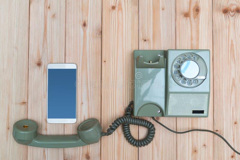 Retro telefono o telefono rotatorio dell'annata con cavo e la nuova cellula immagini stock libere da diritti