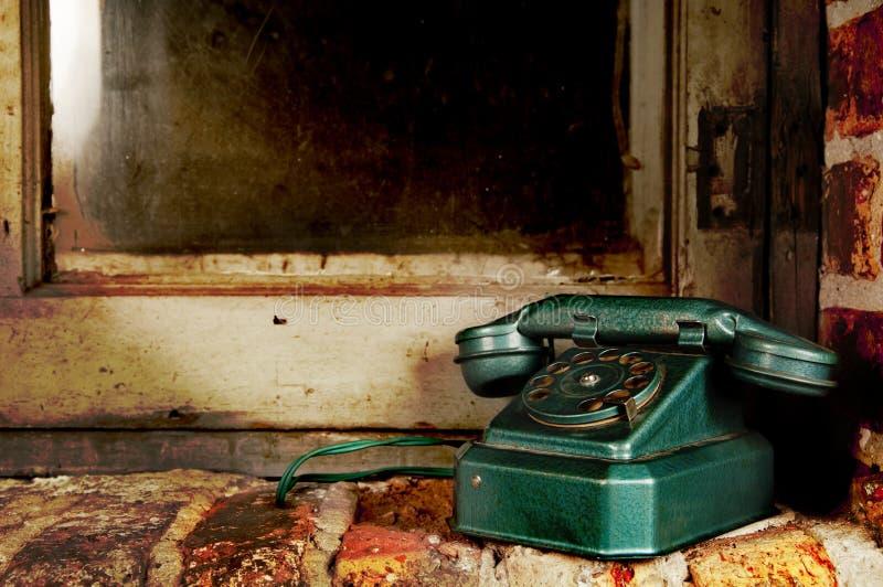 Retro telefono - telefono dell'annata dalla vecchia finestra di lerciume fotografie stock libere da diritti