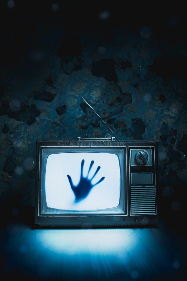 Retro televisione con rumore bianco e una mano dentro l'immagine ad alto contrasto immagini stock libere da diritti