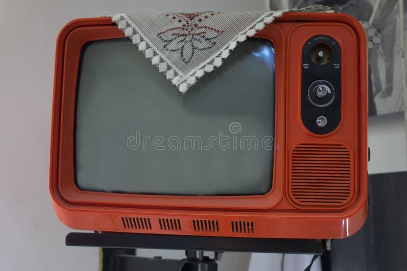 Retro telewizja - stary rocznik tv na pastelowego koloru tle Retro technologia zdjęcie royalty free