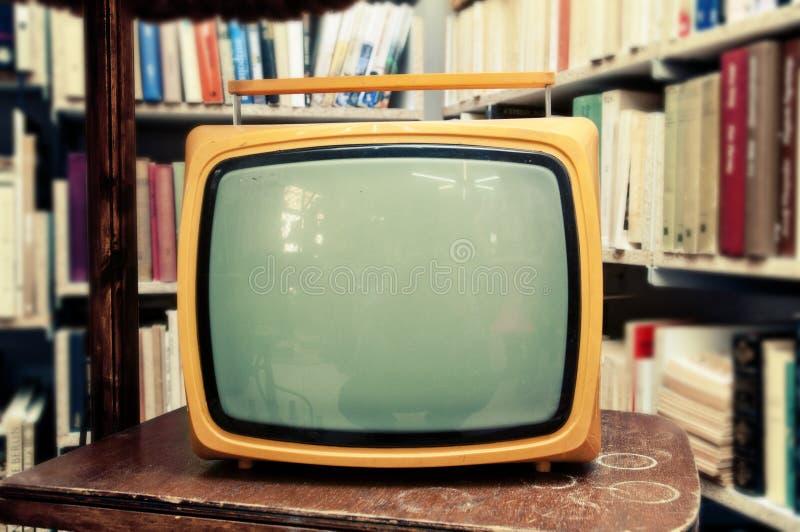 Retro telewizor w rocznika położeniu - stary żywy pokój zdjęcia royalty free
