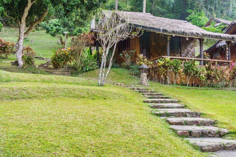 Retro thailändsk hem- och betonggångbana i en gård royaltyfria foton