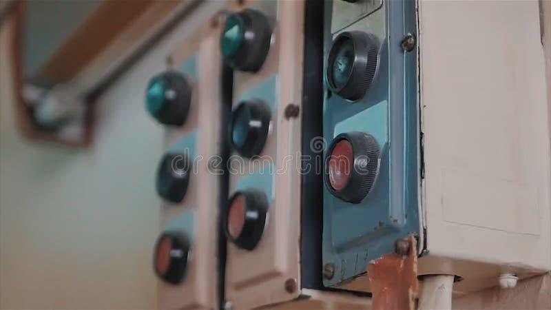 Retro toestellenmacht schakelt weg in, voltagelevering voorraad Oude sovjet militaire knevelschakelaar Sluit omhoog geschoten met royalty-vrije stock foto's