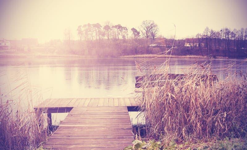 Retro tonad bild för tappning av sjön i höst royaltyfri bild