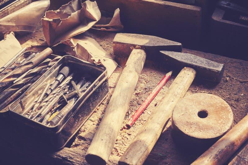 Retro tonade gamla hjälpmedel på trätabellen i snickeri arkivbilder