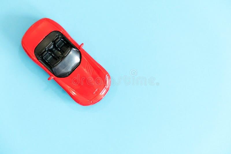 Retro toybildetalj Röd leksakbil med en öppen överkant på en vit bakgrund konvertibel leksak, begreppet av att hyra en bil arkivfoton