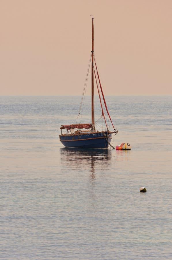 Retro trä seglar fartyget på solnedgången arkivbild