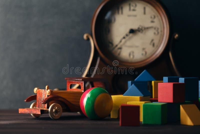 Retro träleksakbil med byggnadskvarter arkivfoto