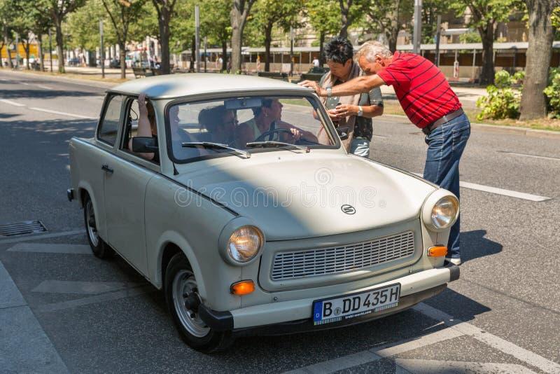 Retro Trabant bil på gatan för Unter hålalind berlin germany arkivbilder