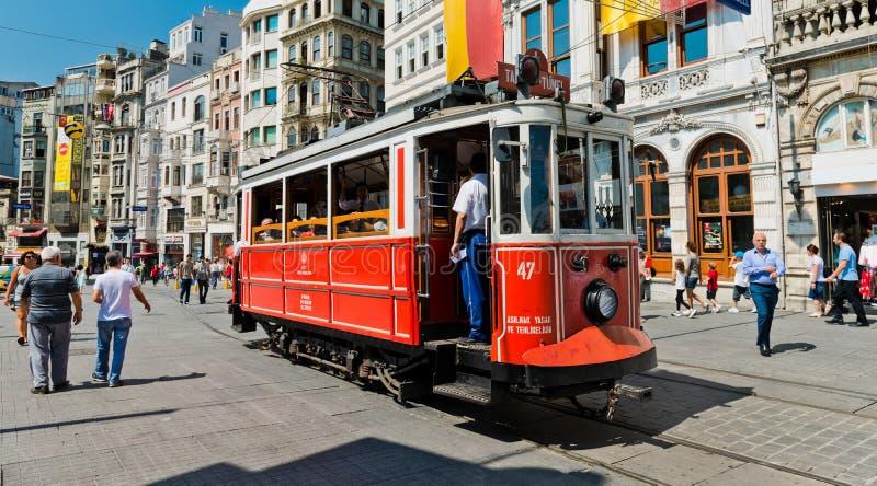 Retro tramwaj rusza się wzdłuż ruchliwie Istiklal ulicy w Istambul obrazy stock