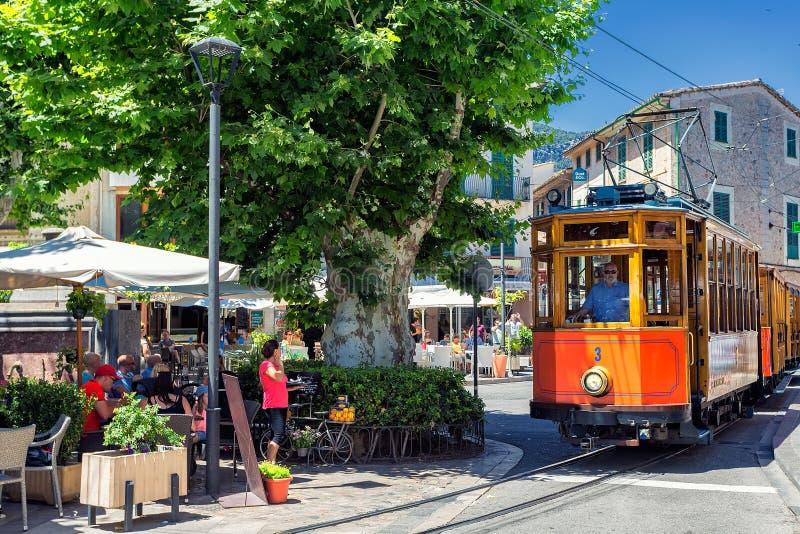 Retro treno famoso per i turisti che vanno da Palma de Mallorca a Soller, Spagna immagini stock libere da diritti