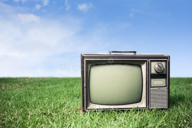Retro TV op gras stock foto's