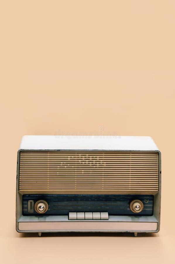 Retro TV-sändningradiomottagare på persikafärgbakgrund arkivbilder