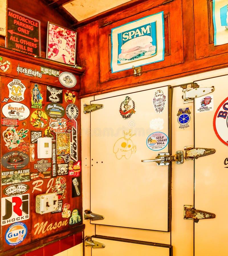 Retro Uitstekend Binnenland van Amerikaanse Diner met Ijskast stock afbeelding