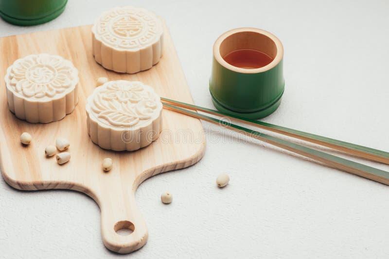 Retro uitstekend het festivalvoedsel van de stijl Chinees medio herfst Traditionele mooncakes die op lijst met theekopje plaatsen royalty-vrije stock fotografie