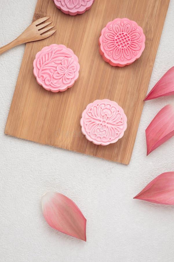 Retro uitstekend het festivalvoedsel van de stijl Chinees medio herfst Traditionele mooncakes die op lijst met theekopje plaatsen royalty-vrije stock foto's