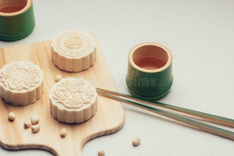 Retro uitstekend het festivalvoedsel van de stijl Chinees medio herfst Traditionele mooncakes die op lijst met theekopje plaatsen stock foto