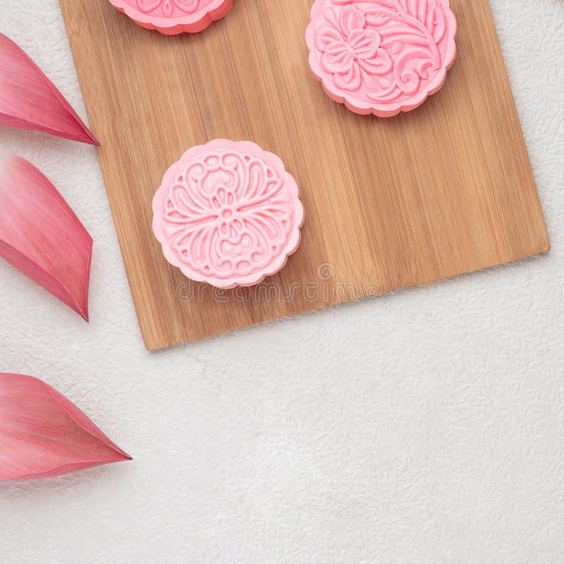 Retro uitstekend het festivalvoedsel van de stijl Chinees medio herfst Traditionele mooncakes die op lijst met theekopje plaatsen royalty-vrije stock afbeelding