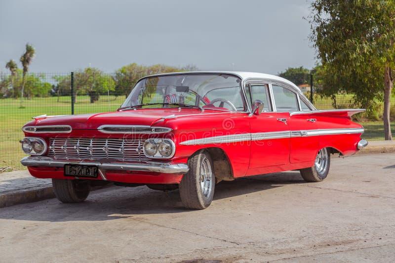 Retro uitstekend klassiek rood die mooie auto charmeren stock afbeeldingen