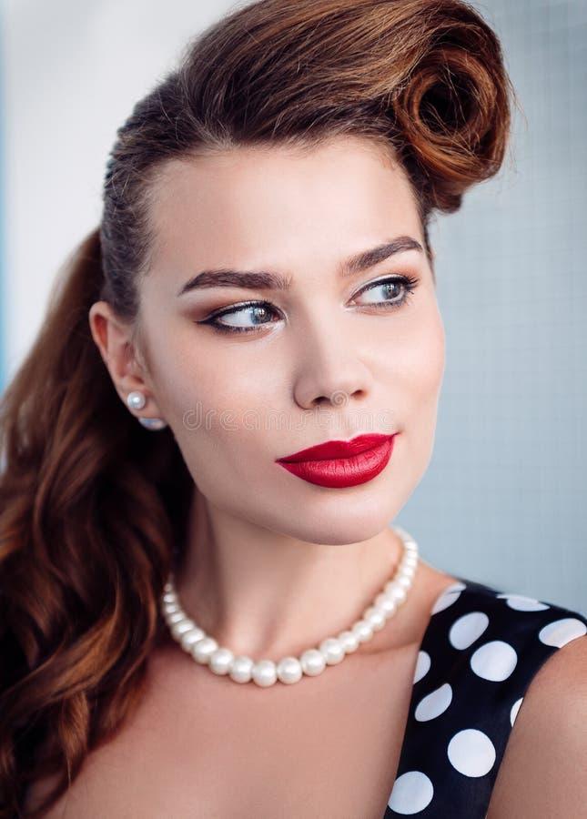 Retro uitstekend portret van mooie glimlachende jonge vrouw Close-up royalty-vrije stock fotografie