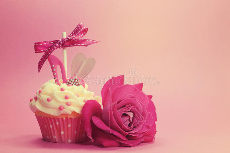Retro uitstekende filterprinses cupcake met hoge hielschoen en nam toe royalty-vrije stock afbeelding