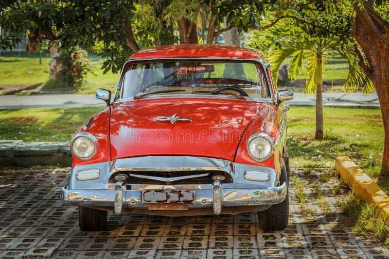 retro uitstekende klassieke die auto in tropische garde wordt geparkeerd royalty-vrije stock foto's