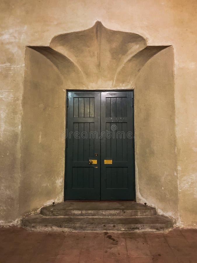 Retro utarbetade wood dörrar och utsmyckad vägg och moment arkivbilder