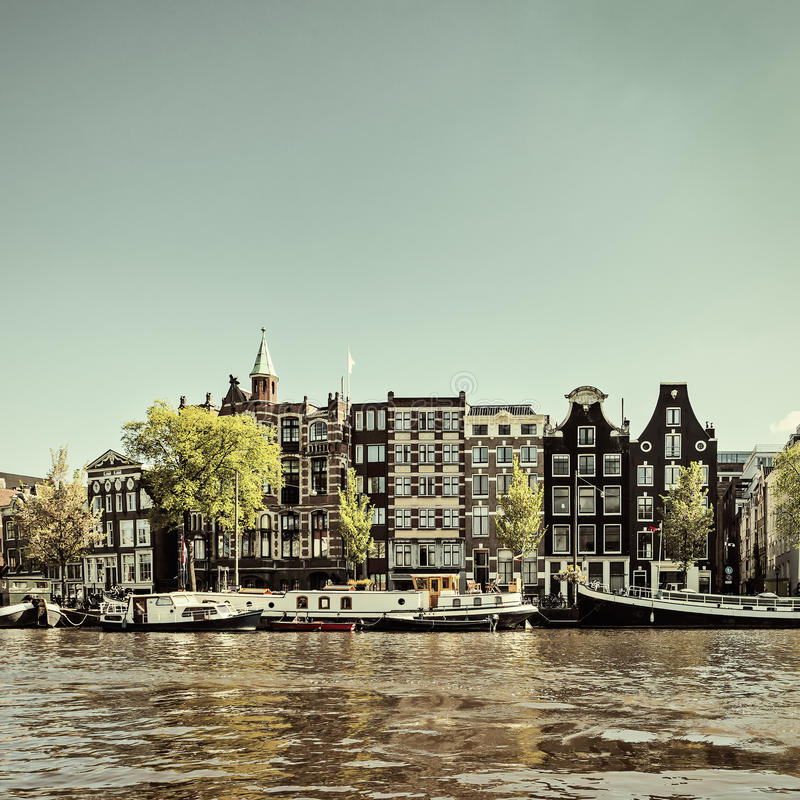 Retro utformad bild av en Amsterdam kanal fotografering för bildbyråer