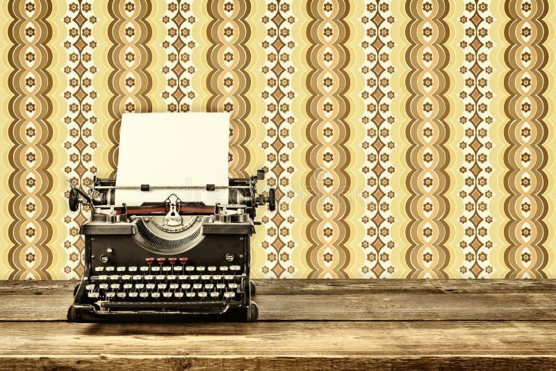 Retro utformad bild av en gammal skrivmaskin royaltyfria foton