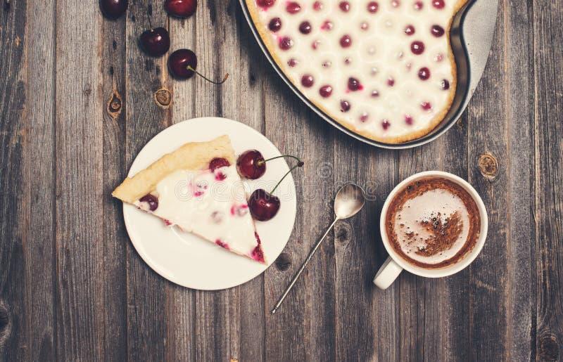 Retro utformad tappningbakgrund Skiva av den hemlagade körsbärsröda pajen arkivfoto