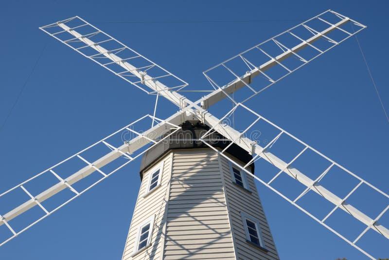 Retro väderkvarn mot en blå himmel fotografering för bildbyråer