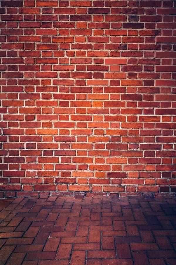 Retro vägg för röd tegelsten och tegelstengolv royaltyfri foto