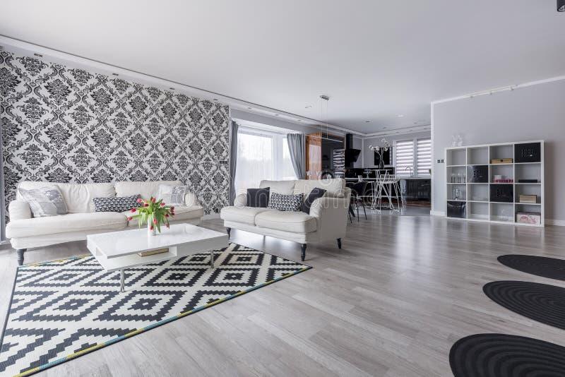 Retro vardagsrum i lägenhet arkivfoton