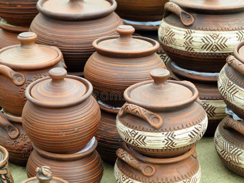 Retro vasi fatti a mano delle vecchie terraglie ceramiche marroni dell'argilla fotografia stock