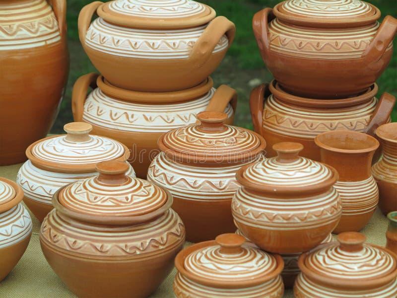 Retro vasi fatti a mano delle vecchie terraglie ceramiche marroni dell'argilla fotografie stock