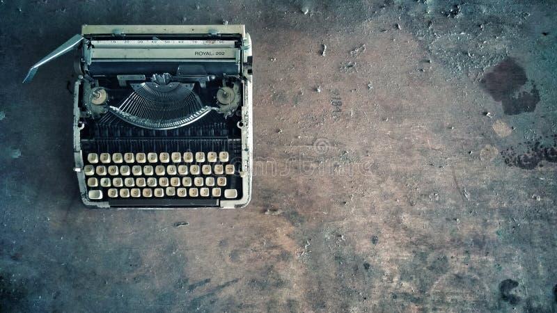 Retro vecchia foto polverosa d'annata della macchina da scrivere fotografia stock libera da diritti
