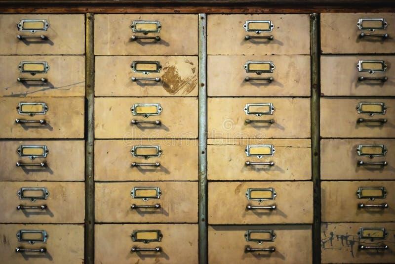 Retro vecchio fondo d'annata di struttura del gabinetto del metallo della medicina cinese Cassetto della droga, scaffale della dr fotografia stock