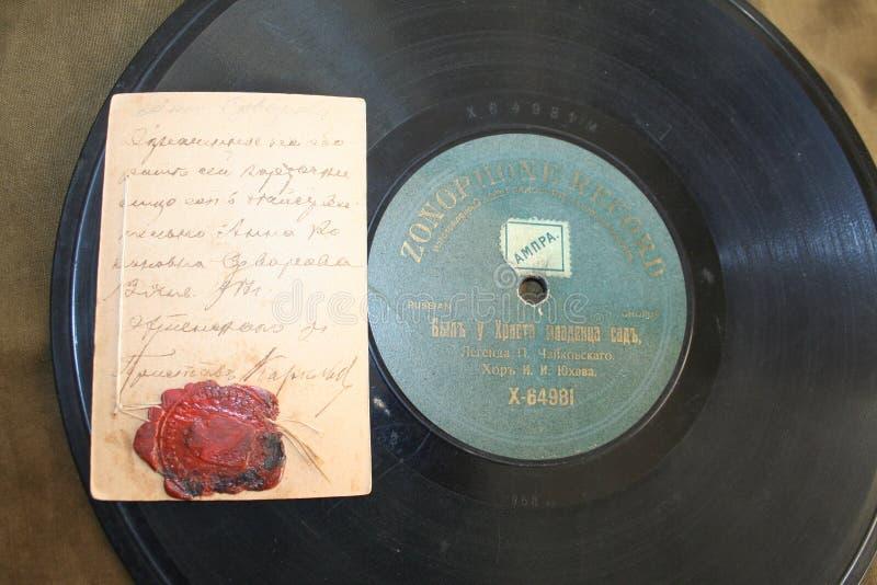 Retro verslag de fonograaf en retro kaart met mastiekverbinding royalty-vrije stock fotografie