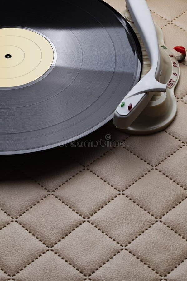 Retro-Vinyl-Player mit klassischem Vinyl auf Lederuntergrund lizenzfreies stockfoto