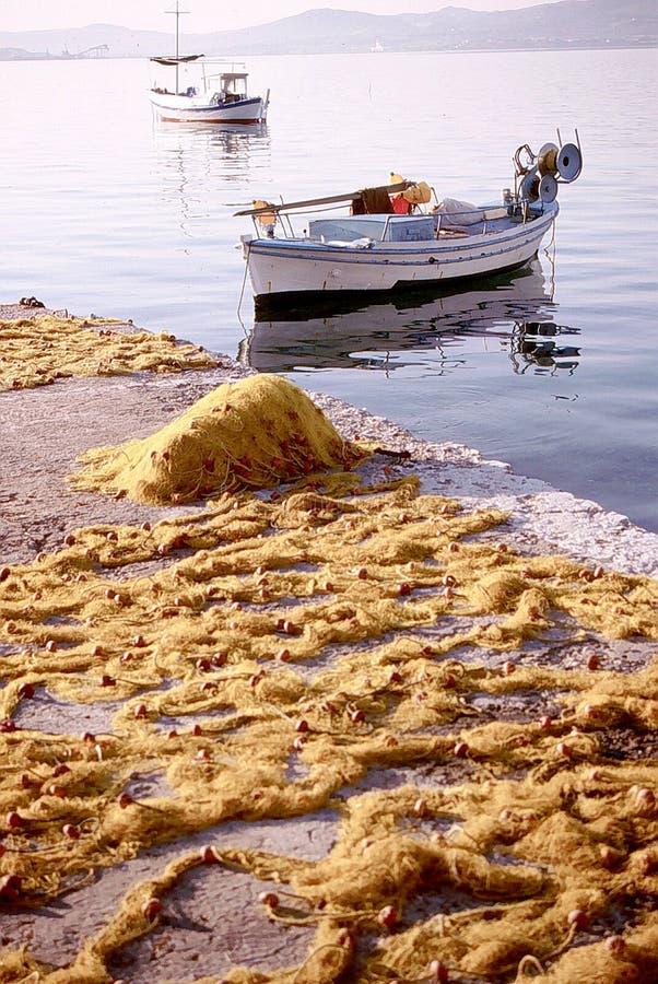 Retro vissersboot in santorini wordt vastgelegd die royalty-vrije stock afbeelding