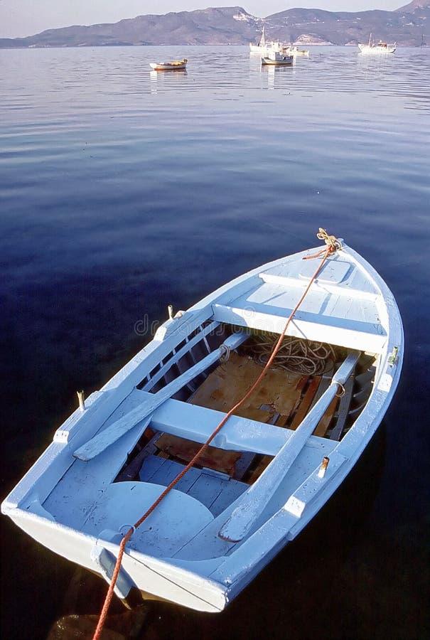 Retro vissersboot in santorini wordt vastgelegd die stock afbeeldingen