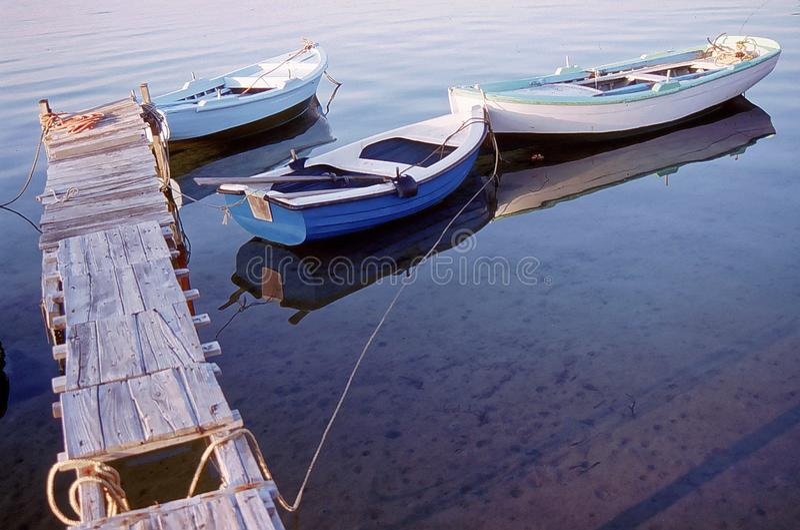 Retro vissersboot in santorini wordt vastgelegd die royalty-vrije stock afbeeldingen