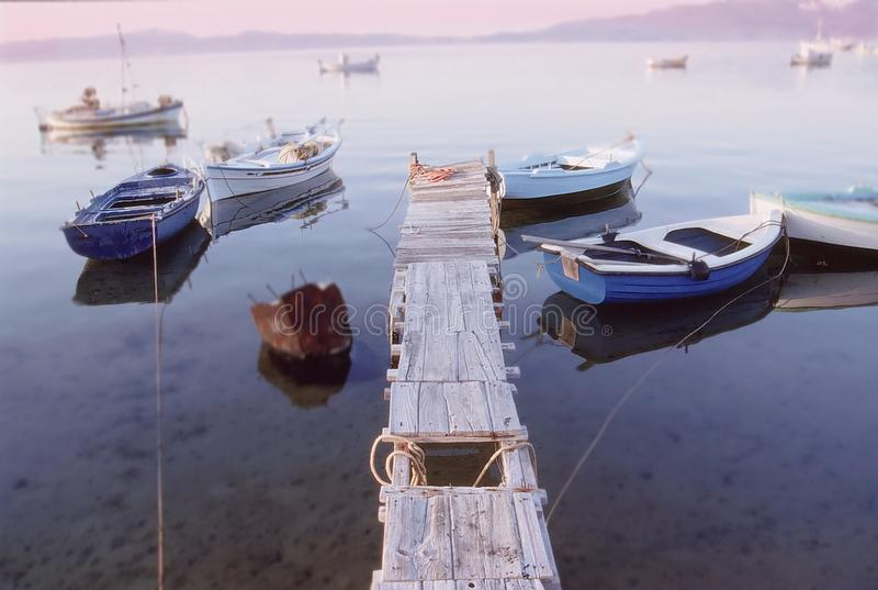 Retro vissersboot in santorini wordt vastgelegd die stock foto